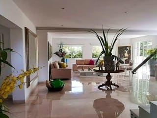 Una sala de estar llena de muebles y una lámpara de araña en Casa en venta en Los Gonzales, de 760mtrs2