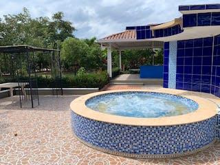 Una bañera azul y blanca sentada en un parque en Vendo hermosa casa campestre anapoima