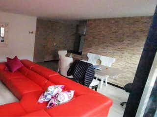 Una sala de estar llena de muebles y una chimenea en VENDO APARTAMENTO CEDRITOS