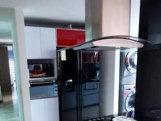 Una cocina con nevera y una estufa en VENDO APARTAMENTO CEDRITOS