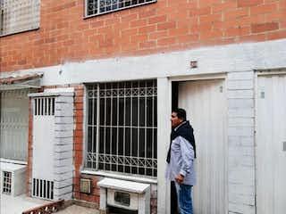 Un hombre de pie fuera de un edificio en Hermosa casa Tintal