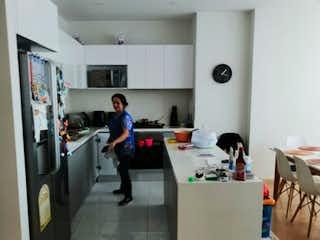Un grupo de personas de pie en una habitación en VENDO/ARRIENDO APARTAMENTO EN CHIC