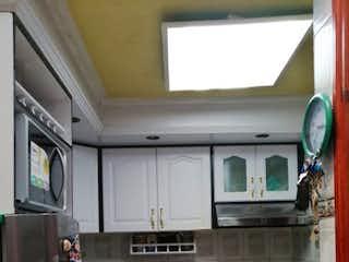 Una cocina con lavabo y microondas en Vendo Casa el Tintal