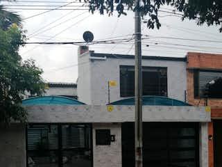 Un coche negro estacionado al lado de un edificio en Casa en venta en Barrio Nicolás De Federman con acceso a Jardín