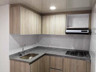 Una cocina con lavabo y microondas en VENDO APARTAMENTO EN METROPOLIS!!
