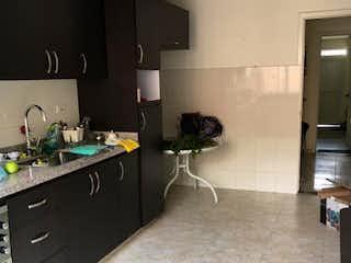 Una cocina con una estufa de fregadero y nevera en Vendo espectacular casa en barrio La soledad