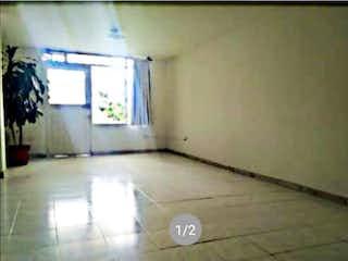Un cuarto de baño con un inodoro y una ventana en Casa en venta en La Esmeralda, de 191mtrs2