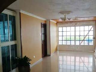 Una vista de una sala de estar con un gran ventanal en Vendo casa comercial La esmeralda