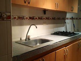 Un cuarto de baño con lavabo y un espejo en Vendo apartamento Nueva castilla