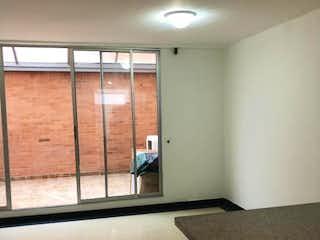 Un cuarto de baño con lavabo y un espejo en Casa en venta en Chía, 200mt de dos niveles