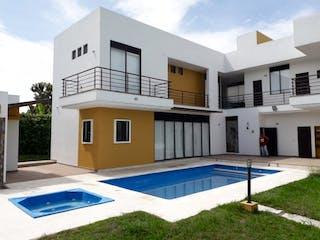 Un edificio azul y blanco con un techo blanco en Espectacular Casa en Anapoima con Piscina