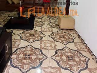 Un dormitorio con una cama y una lámpara de araña en