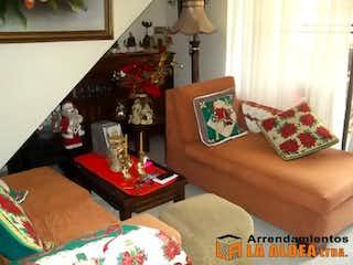Una sala de estar llena de muebles y una chimenea en
