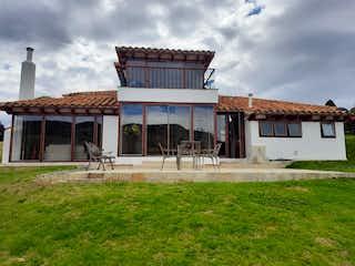 Un gran edificio con un reloj en él en Casa En Venta En Bogota Encenillos De Sindamanoy