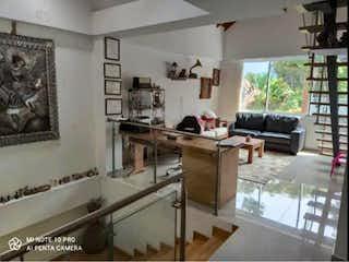 Una habitación muy bonita con una gran ventana en Se Vende Casa Campestre en la Estrella, Antioquia