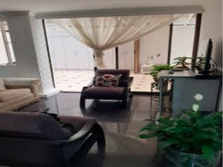 Una sala de estar llena de muebles y una ventana en Apartamento en venta, ubicado en Nicolás de Federman