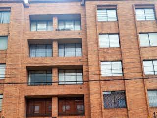 Un gran edificio de ladrillo con un reloj en él en Apartamento En Venta En Bogota Pontevedra
