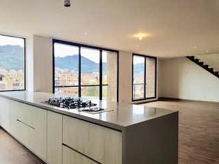 Una cocina con un gran ventanal en ella en Vendo PH en La Carolina con terraza para estrenar