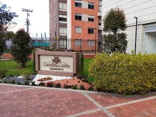 Un edificio de ladrillo con un reloj en el lado en Apartamento en Venta NUEVA CASTILLA