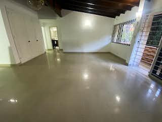 Un cuarto de baño con lavabo y un espejo en Casa en venta en Suramericana, 223mt