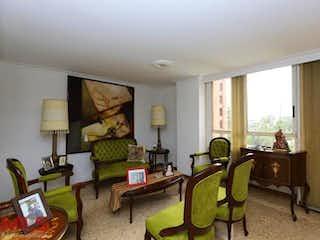 Una sala de estar llena de muebles y una ventana en Asturias
