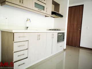 Una cocina con armarios blancos y electrodomésticos blancos en Montecarlo