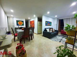 Una sala de estar llena de muebles y una televisión de pantalla plana en Nuevo Linares de la Sierra
