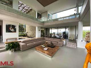 Una sala de estar llena de muebles y una mesa en Parcelación Prado Largo