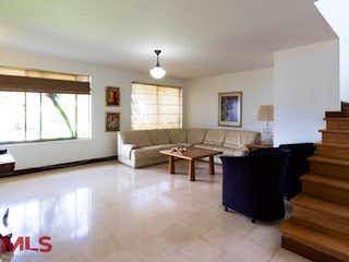 Una sala de estar llena de muebles y una mesa en Torrelaguna