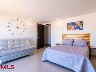 Una habitación de hotel con dos camas y una pintura en La Frontera PH