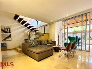 Una sala de estar llena de muebles y una ventana en Casa Mediterranea