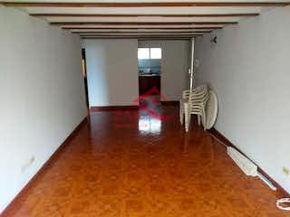 Una sala de estar llena de muebles y un suelo de madera en Cataluña
