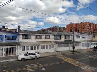 Un coche blanco estacionado delante de un edificio en VENDO CASA EN NORMANDA