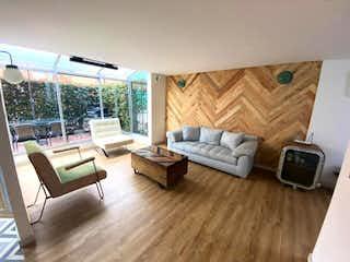 Una sala de estar llena de muebles y un suelo de madera en Casa en venta en La Calleja con acceso a Piscina