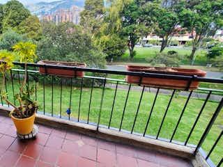 Una boca de incendios sentada junto a una cerca en Apartamento en venta en Las Margaritas 103m² con Gimnasio...