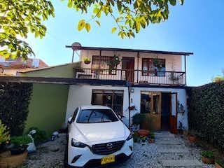 Un coche estacionado delante de un edificio en Casa finca en venta en el municipio de La Ceja