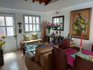 Una sala de estar llena de muebles y una ventana en Apartamento en venta en quinto piso en La Ceja