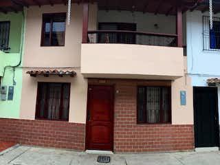 Un edificio que tiene una puerta en él en Casa unifamiliar en venta en el municipio de La Ceja