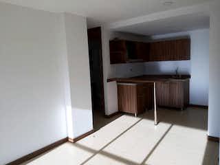 Un cuarto de baño con lavabo y un espejo en Apartamento en venta en tercer piso en unidad cerrada en La Ceja