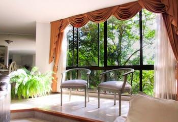 Apartamento en Venta en el Poblado, cuenta con 3 alcobas más alcoba de servicio y estudio.