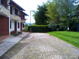 Una calle de la ciudad llena de árboles y hierba en Casa en venta en el municipio de La Ceja
