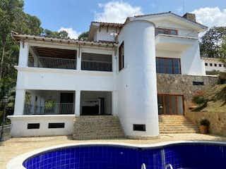Un gran edificio blanco con un techo blanco en Casa En Venta En Medellin Palmas