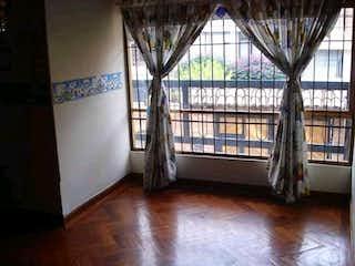 Una habitación llena de un montón de suelos de madera en Casa en venta en Caobos Salazar de 187m²