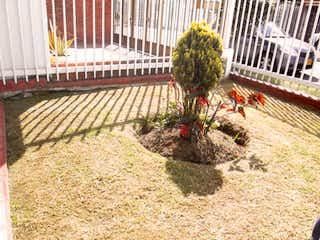 Una planta en maceta está sentada en un jardín en BOGOTA VENDO  CASA NORMANDIA 289 MTS