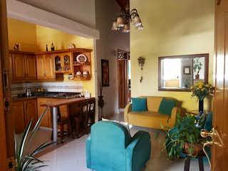 Una sala de estar llena de muebles y una televisión de pantalla plana en Apartamento en venta en Primavera de tres alcobas