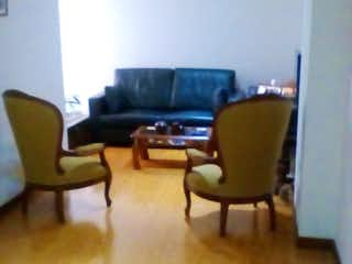 Una sala de estar llena de muebles y una televisión de pantalla plana en BOGOTA VENDO APARTAMENTO PASADENA 53 MTS