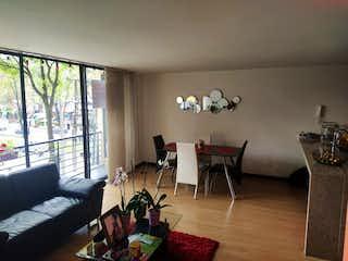 Una sala de estar llena de muebles y una gran ventana en EN VENTA APARTAESTUDIO EN SANTA BARBARA