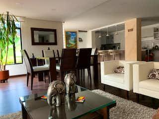 Un gato sentado en una mesa en una sala de estar en VENTA ESPECTACULAR APARTAMENTO EN COLINA CAMPESTRE