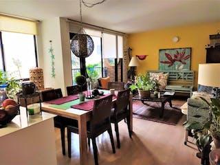 Una sala de estar llena de muebles y una gran ventana en LINDO APARTAMENTO EN VENTA EN CEDRITOS