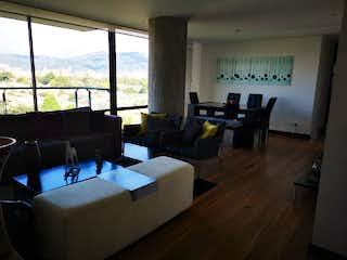 Una sala de estar llena de muebles y una gran ventana en VENTA DE APARTAMENTO EN CLUB LOS LAGARTOS